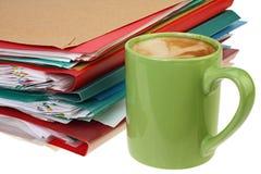 Kaffe och bunt av papper royaltyfri bild