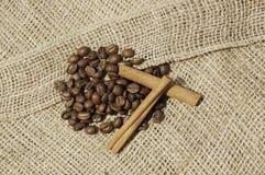 Kaffe och canella på kanfas Arkivbild