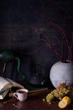 Kaffe- och citronmatstilleben Höstlynnebakgrund Royaltyfri Bild
