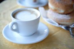 Kaffe och Donuts arkivfoto