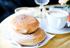 Kaffe och Donuts arkivfoton