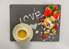 Kaffe och efterrätt med frukt Arkivfoto