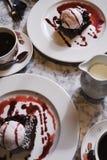 Kaffe och efterrätten marmorerar på tabellen royaltyfri bild