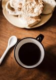 Kaffe- och espressotillverkare på tappningbakgrund & x28; kafé royaltyfri fotografi