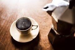 Kaffe- och espressotillverkare på tappningbakgrund & x28; kafé arkivbild