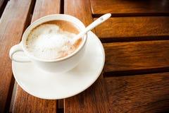 Kaffe och exponeringsglas på en trätabell Royaltyfri Foto