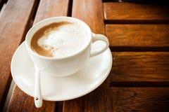 Kaffe och exponeringsglas på en trätabell Royaltyfri Bild