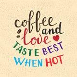 Kaffe och förälskelse smakar bästa när varm bokstäver Handskrivet ordspråk för affisch- eller kortdesign stock illustrationer