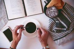 Kaffe och favorit- bok Fotografering för Bildbyråer