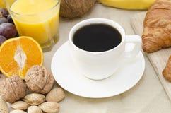 Kaffe och frukost på en tabell royaltyfri bild