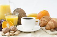 Kaffe och frukost på en tabell arkivfoton
