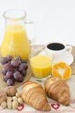 Kaffe och frukost på en tabell arkivfoto