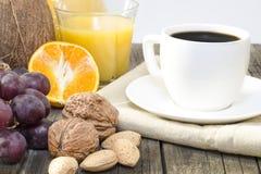 Kaffe och frukost på en trätabell Arkivbild