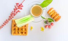 Kaffe och frukost royaltyfria bilder