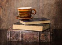 Kaffe och gammala böcker royaltyfri fotografi