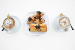 Kaffe och giffel på en vit bakgrund Arkivfoton