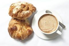 Kaffe och giffel på vita tabeller Royaltyfria Foton