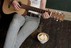Kaffe och gitarr Royaltyfria Bilder