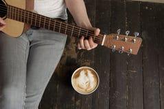 Kaffe och gitarr Fotografering för Bildbyråer