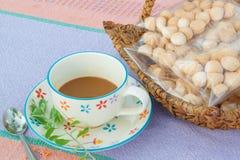 Kaffe och hemlagade kakor på tabelltorkduken, morgonkaffe Fotografering för Bildbyråer