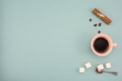 Kaffe och i tappningkopp med kanelbrunt och shugar på turkosbakgrund Bästa sikt, kopieringsutrymme royaltyfria bilder