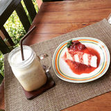 Kaffe- och jordgubbekaka royaltyfria foton