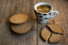 Kaffe och kaka för en bra frukost! arkivfoto