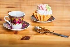 Kaffe och kaka på den bruna trätabellen Royaltyfria Bilder