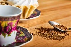 Kaffe och kaka på den bruna trätabellen Fotografering för Bildbyråer