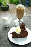 Kaffe och kaka på tabellen Arkivbild