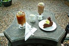 Kaffe och kaka på tabellen Arkivfoton