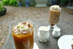 Kaffe och kaka på tabellen Royaltyfria Bilder