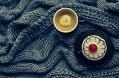 Kaffe och kaka som ett morgonmål Royaltyfria Foton