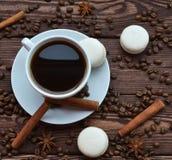 Kaffe och kakor är på tabellen royaltyfria bilder