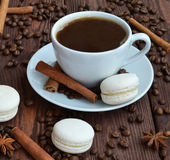 Kaffe och kakor är på tabellen royaltyfri foto