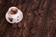 Kaffe och kakor på en trätabell royaltyfri foto