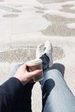 Kaffe och kopplar av Arkivfoto