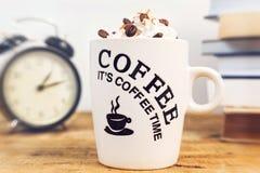 Kaffe och kräm på tabellen Arkivfoto
