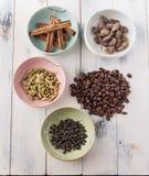 Kaffe och kryddor Arkivfoto