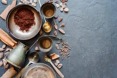 Kaffe och kryddor på en mörk bakgrund Royaltyfria Bilder
