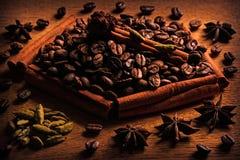 Kaffe och kryddor på trätabellen Royaltyfri Fotografi