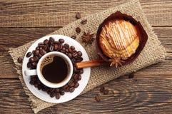 Kaffe och läcker muffin Arkivfoton