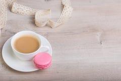 Kaffe och macaronkaka Arkivbilder