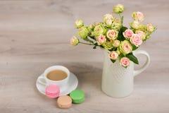 Kaffe och macaronkaka Royaltyfria Foton