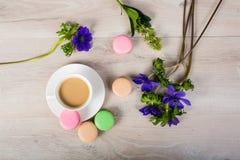 Kaffe och macaronkaka Fotografering för Bildbyråer