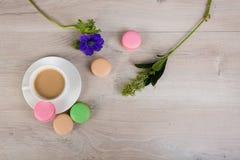 Kaffe och macaronkaka Royaltyfri Foto