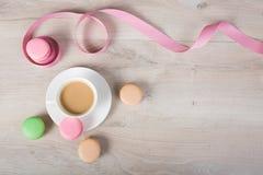 Kaffe och macaronkaka Arkivfoto
