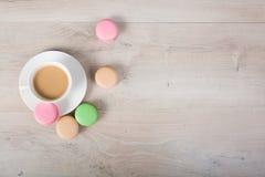 Kaffe och macaronkaka Arkivfoton