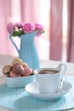 Kaffe och macarons Arkivbild
