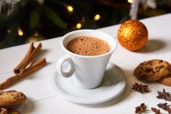 Kaffe och mellanmål på tabellen på tabellen för nytt år Royaltyfri Foto